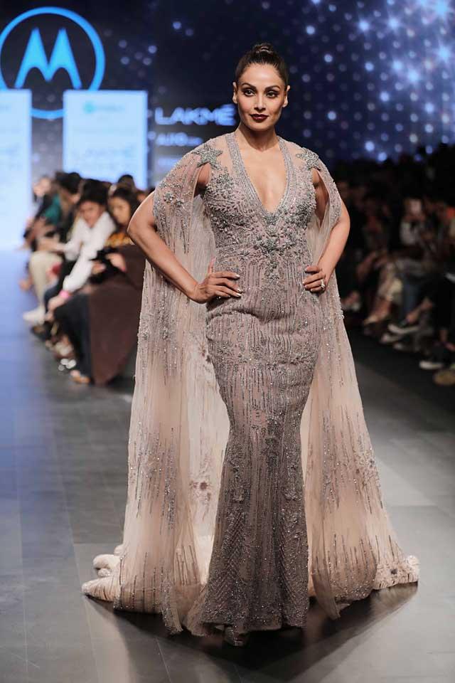 lakme-fashion-week-bipasha basu- falguni shane peacock-plunging-neckline