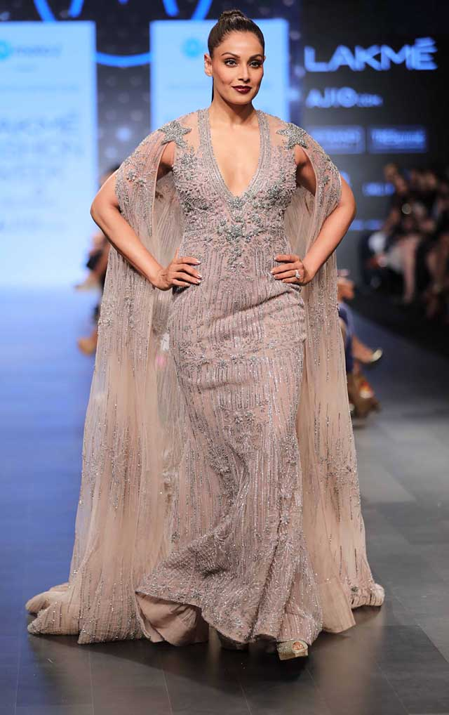 long-trials-plunging-neckline-bipasha basu-falguni shane peacock-lakme-fashion-week-summer-resort-2017-collection