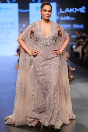 long-trials-plunging-neckline-bipasha-basu-falguni-shane-peacock-lakme-fashion-week-summer-resort-2017-collection[1]