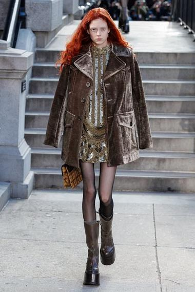 marc-jacobs-fw17-fall-winter-2017-18-outfit-collection (8)-hair-velvet-coat-pantyhose-shoes-bag