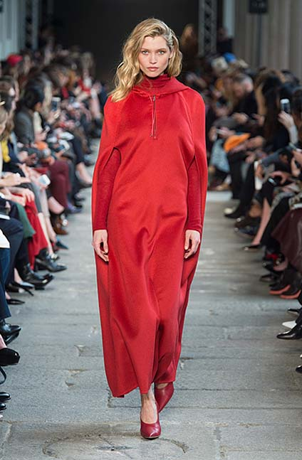 max-mara-fw17-rtw-fall-winter-2017-18-collection (4)-red-velvet-cape-jacket