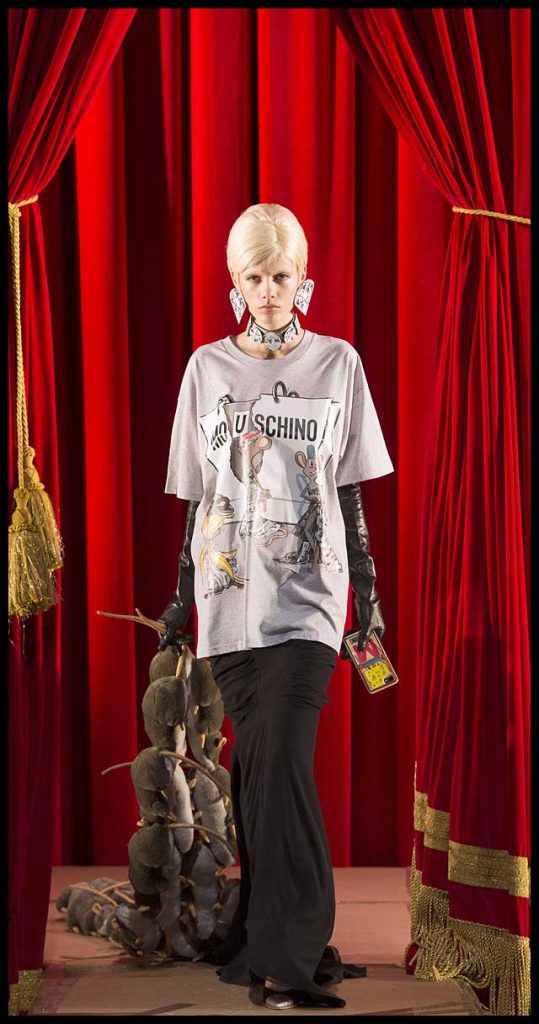 moschino-fw17-rtw-fall-winter-2017-dress-collection (5)-tshirt-skirt-bag