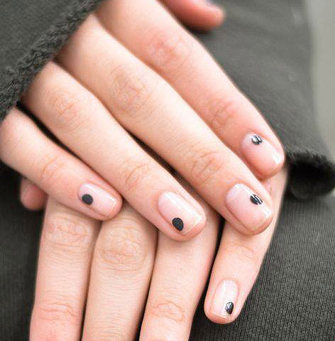 nails-mag-negative-space-black-dot-latest-nail-art-trend-2017