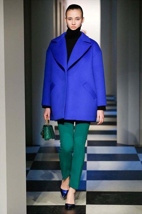 oscar-de-la-renta-fall-winter-2017-fw17-collection-26-blue-coat-green-pant-bag