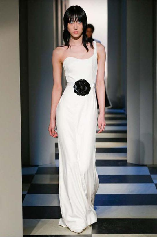 oscar-de-la-renta-fall-winter-2017-fw17-collection-30-white-gown-black-detail-belt