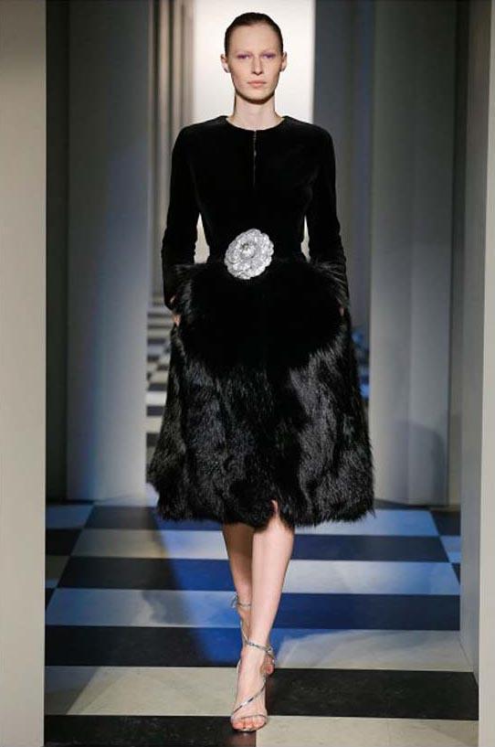 oscar-de-la-renta-fall-winter-2017-fw17-collection-47-black-dress-fur-belt-statement