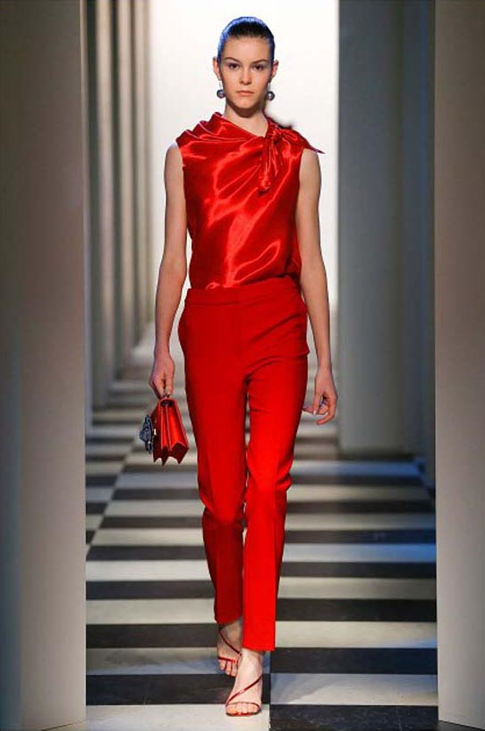 oscar-de-la-renta-fall-winter-2017-fw17-collection-8-red-bright-outfit-metallic-top-bag