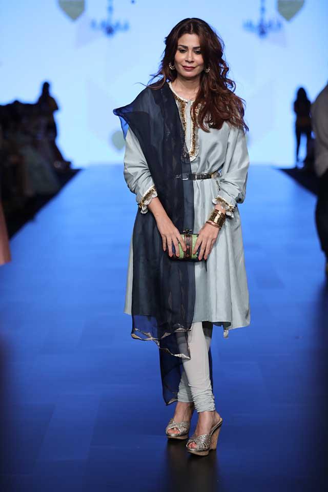 payal-singhal-indo-western-salwar-sheer-dupatta-lakme-fashion-week-sr17