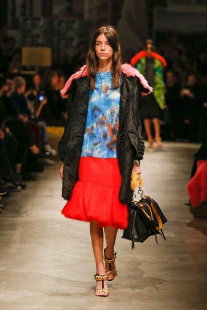 prada-fw17-rtw-fall-winter-2017-18-womenswear-collection (15)-red-skirt-bag