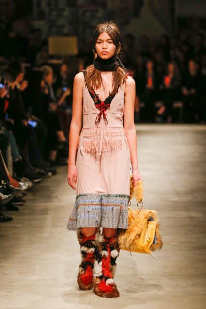 prada-fw17-rtw-fall-winter-2017-18-womenswear-collection (24)-fur-boots-bag