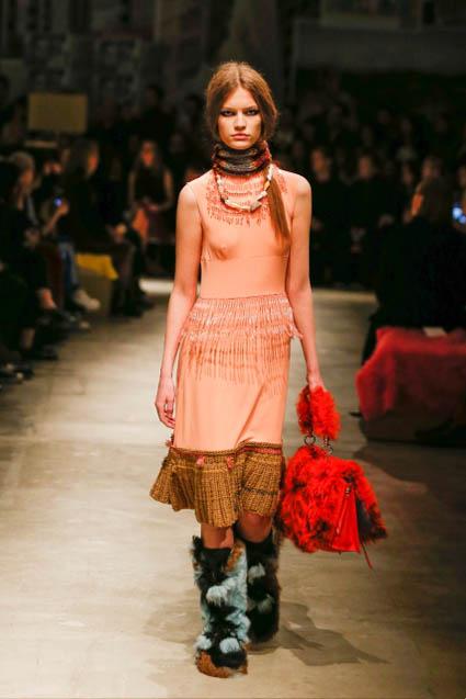 prada-fw17-rtw-fall-winter-2017-18-womenswear-collection (25)-red-bag