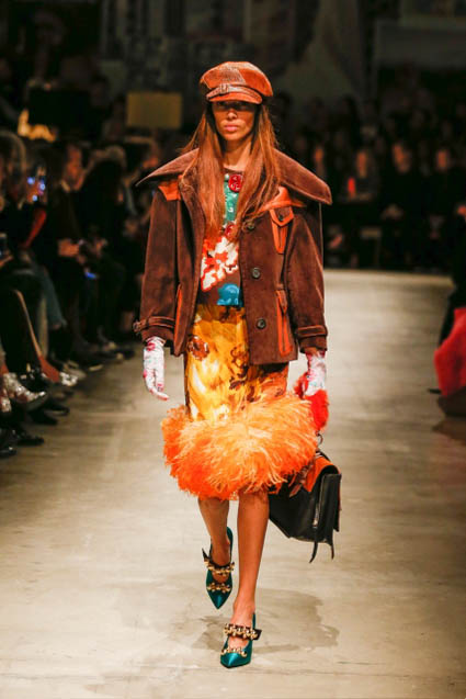 prada-fw17-rtw-fall-winter-2017-18-womenswear-collection (26)-gloves-skirt