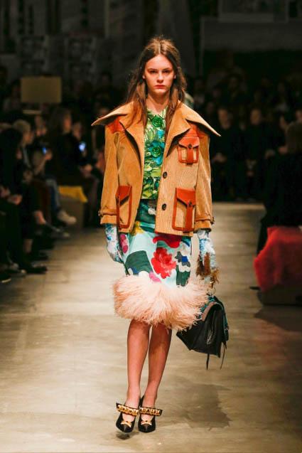 prada-fw17-rtw-fall-winter-2017-18-womenswear-collection (27)-fur-skirt-bag