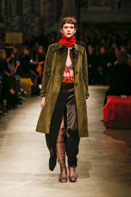prada-fw17-rtw-fall-winter-2017-18-womenswear-collection (4)-green-velvet-coat
