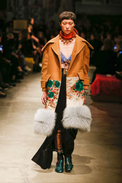 prada-fw17-rtw-fall-winter-2017-18-womenswear-collection (44)-coat-floral-fur