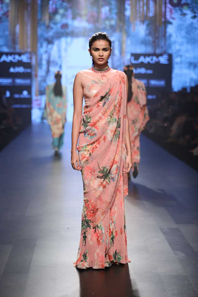printed-saree-sleeveless-blouse-lakme-fashionweek-2017-tarun