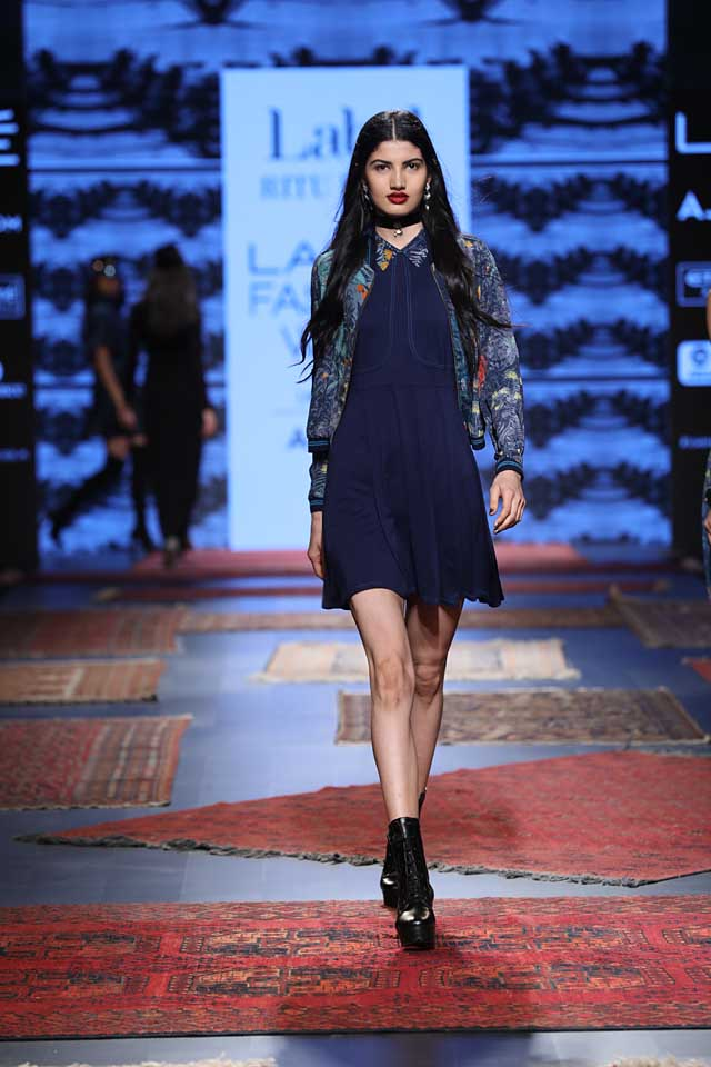 ritu-kumar-fashion-designer-lakme-fashion-week-2017-blue-dress-black-shoes