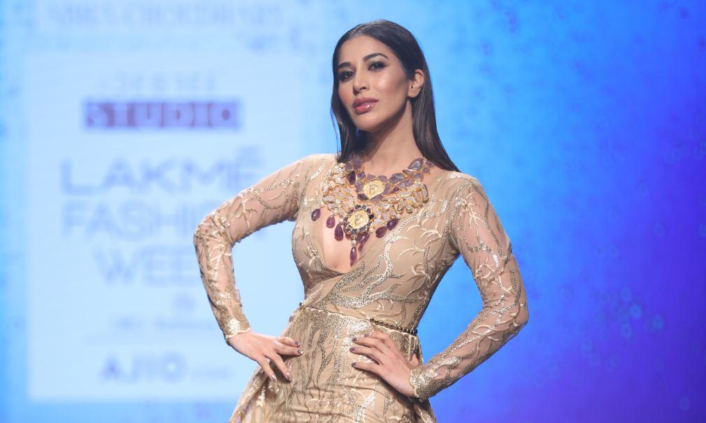 sophie-chaudhary-abha-choudhary-lakme-fashion-week-summer-resort-2017-showstopper
