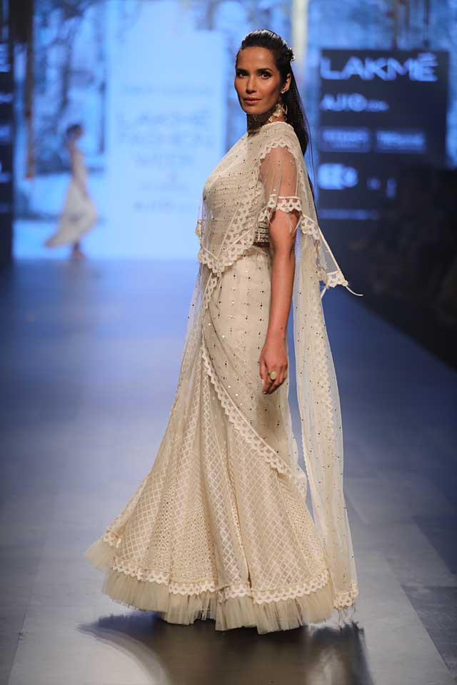 summer-resort-2017-lakme-fashion-week-tarun-tahiliani-white-saree-cape
