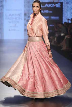 tarun-tahiliani-collection-showstopper-Padma-Lakshmi-lakme-fashion-week-2017-pink-lehenga-shirt