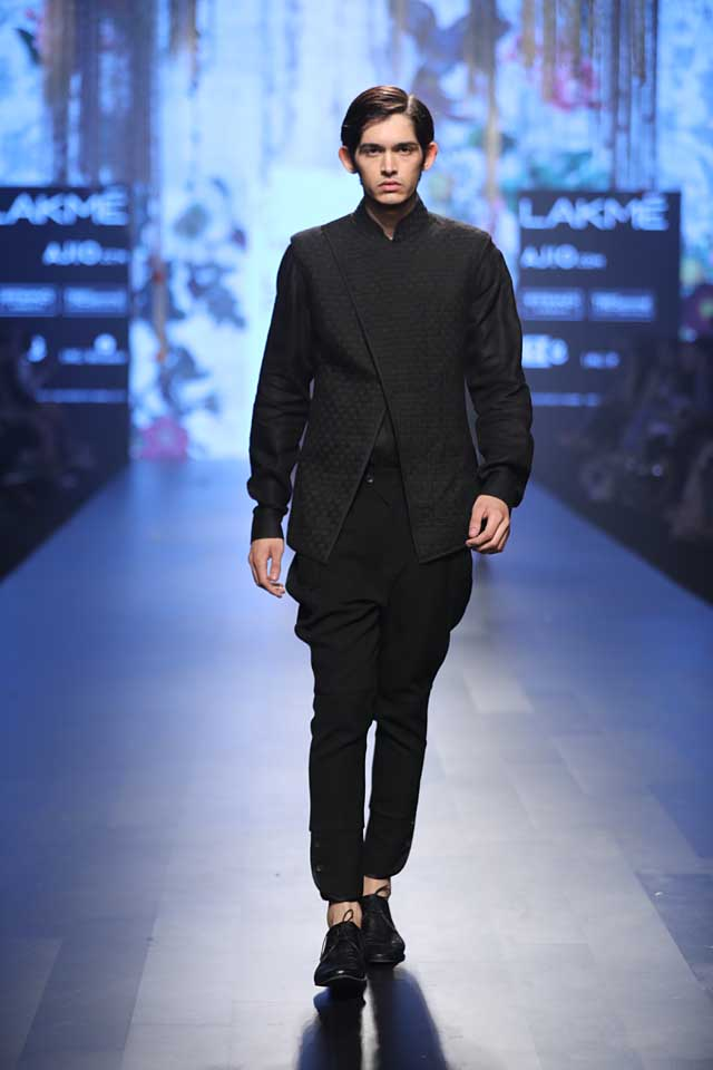tarun-tahiliani-lakme-fashion-week-2017-black-jurta-menswear