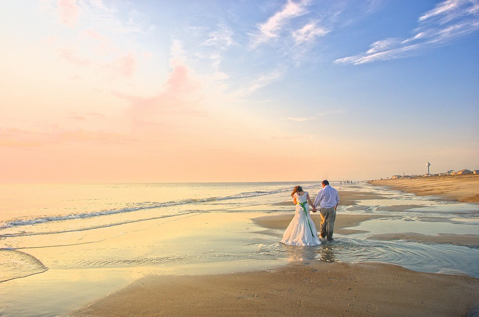 top-ideas-to-celebrate-valentines-day-walking-on-the-beach