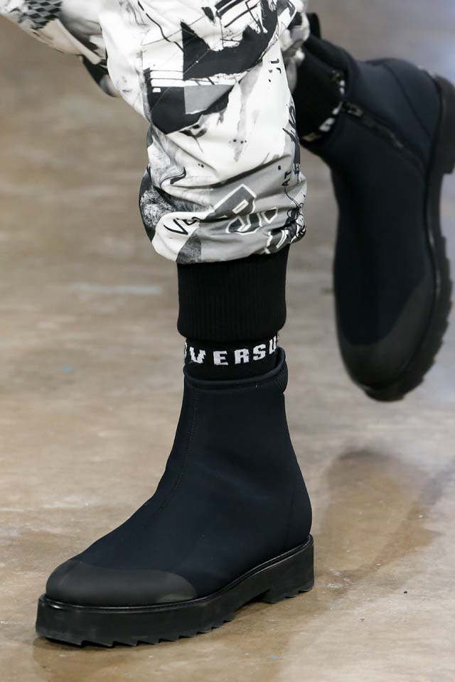 versus-versace-details-accessories-fall-winter-2017-fw17-rtw-collection (26)-mens-shoes-logo