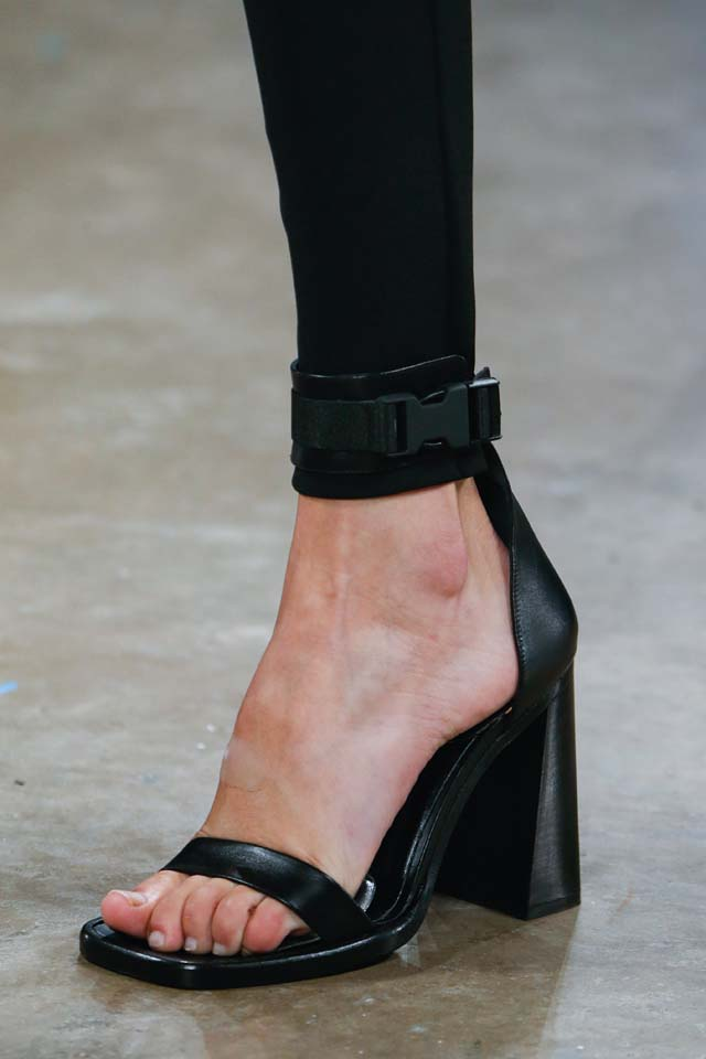 versus-versace-details-accessories-fall-winter-2017-fw17-rtw-collection (4)-black-stilettos-shoes