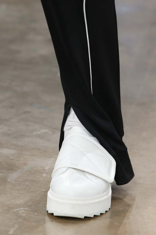 versus-versace-details-accessories-fall-winter-2017-fw17-rtw-collection (74)-white-sneakers