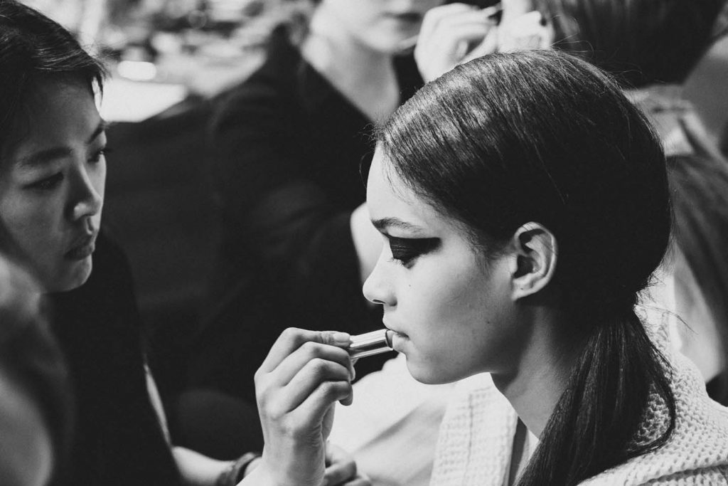versus-versace-fw17-rtw-fall-winter-2017-backstage-beauty-makeup-looks (2)