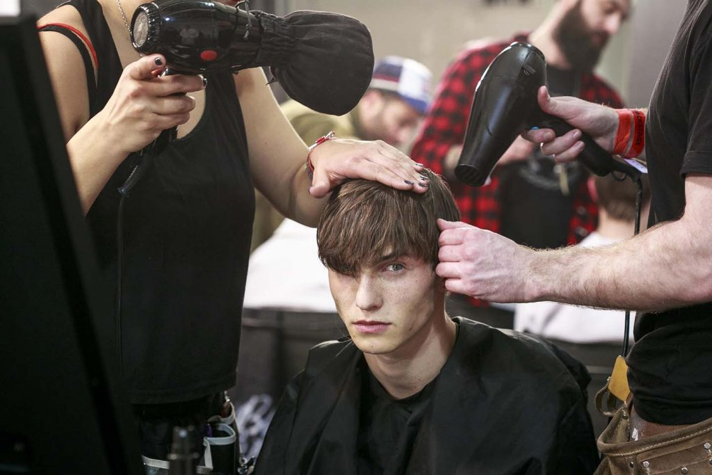 versus-versace-fw17-rtw-fall-winter-2017-backstage-beauty-makeup-looks (3)-mens-haircut