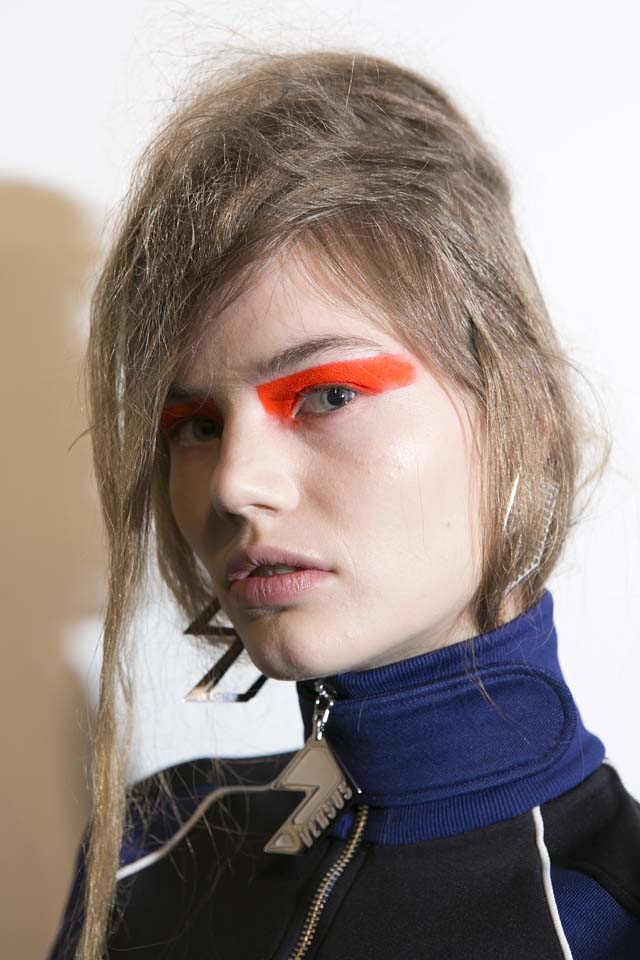 versus-versace-fw17-rtw-fall-winter-2017-backstage-beauty-makeup-looks (44)-messy-hairstyle-orange-eyeshadow