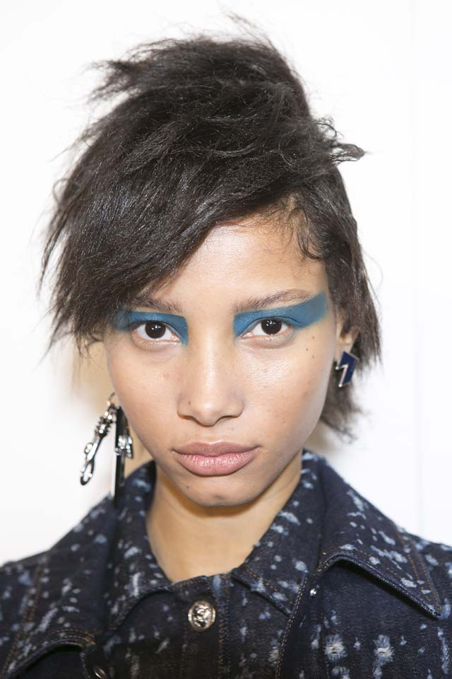 versus-versace-fw17-rtw-fall-winter-2017-backstage-beauty-makeup-looks (47)-blue-eyeshadow