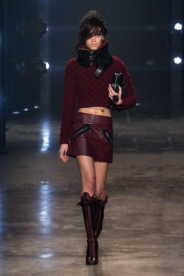 versus-versace-fw17-rtw-fall-winter-2017-collection-outfit (20)-handbag-crimson-skirt-mini-leather