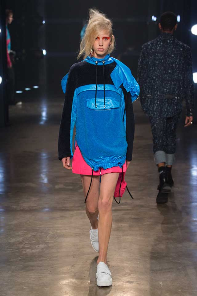versus-versace-fw17-rtw-fall-winter-2017-collection-outfit (35)-hoodie-blue-quilted