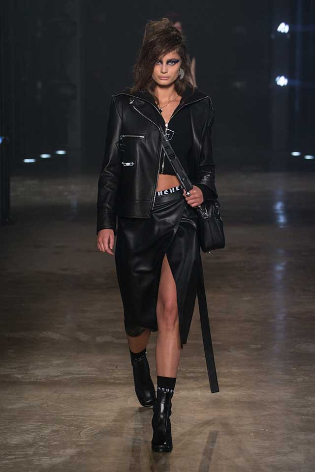 versus-versace-fw17-rtw-fall-winter-2017-collection-outfit (7)-taylor-hill-black-skirt-jacket