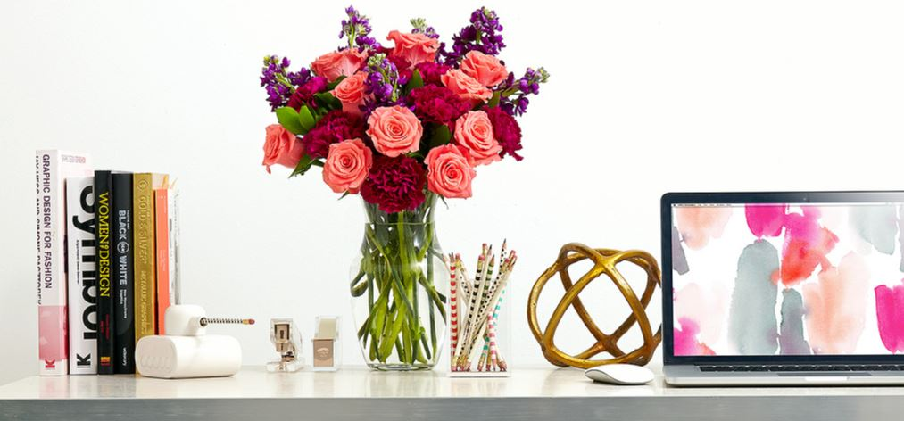 workstation-decor-ideas-flowers-on-desk-decoration-office