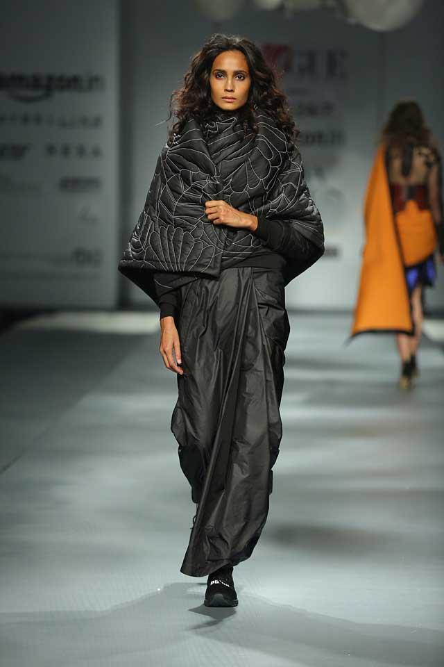 Huemn (winners of Vogue India Fashion Fund 2016)-black-saree-shawl-draped-amazon-india-autumn-winter-2017-collection-fashion-show