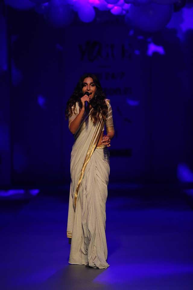 Amazon India Fashion Week 2017-Monica Dogra performs at Vogue India's Sari 24x7 -white-saree-gold-border-amazon-india-autumn-winter-2017-collection-fashion-show