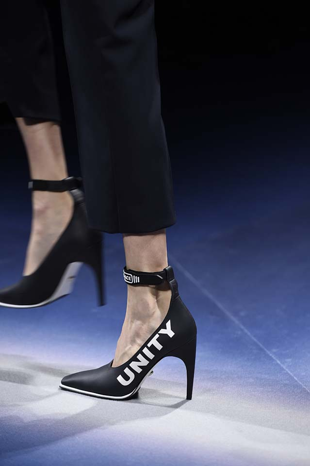 Versace-fw17-rtw-fall-winter-2017-18-accessories-details-collection (19)-text-heels