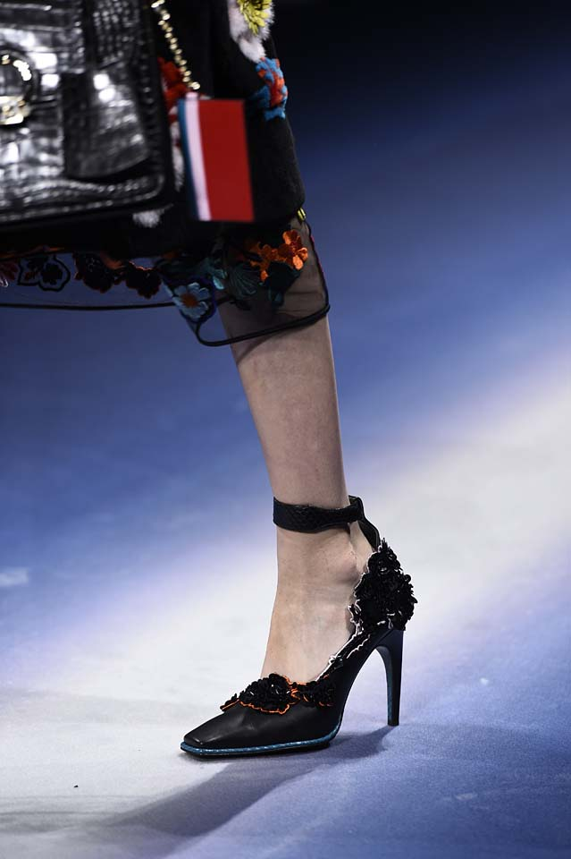 Versace-fw17-rtw-fall-winter-2017-18-accessories-details-collection (36)-floral-detaiing
