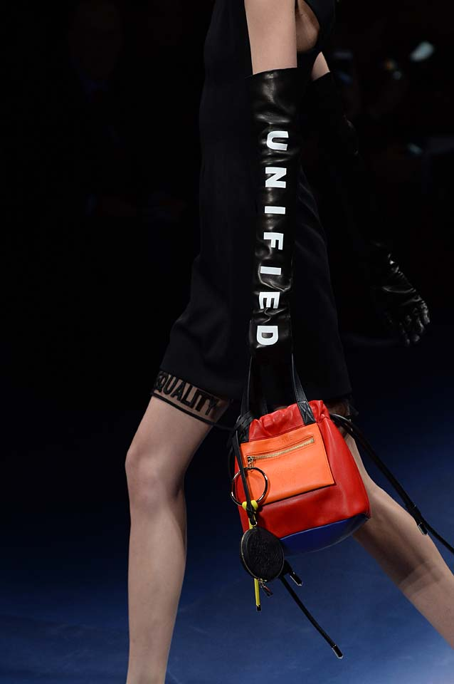 Versace-fw17-rtw-fall-winter-2017-18-accessories-details-collection (63)-gloves-text