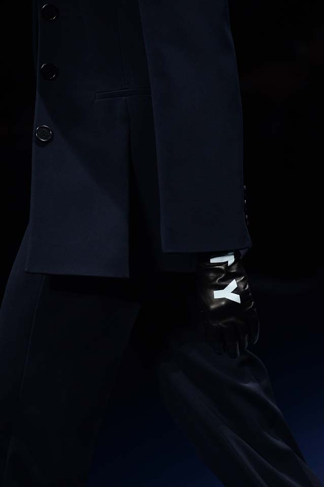 Versace-fw17-rtw-fall-winter-2017-18-accessories-details-collection (89)-gloves-text