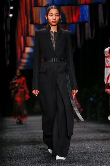 alexander-mcqueen-fw-17-fall-winter-2017-18-collection (11)-all-black-outfit