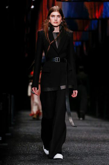 alexander-mcqueen-fw-17-fall-winter-2017-18-collection (13)-all-black-outfit