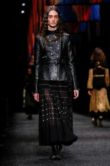 alexander-mcqueen-fw-17-fall-winter-2017-18-collection (27)-black-leather-jacket