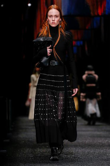 alexander-mcqueen-fw-17-fall-winter-2017-18-collection (28)-all-black-outfit