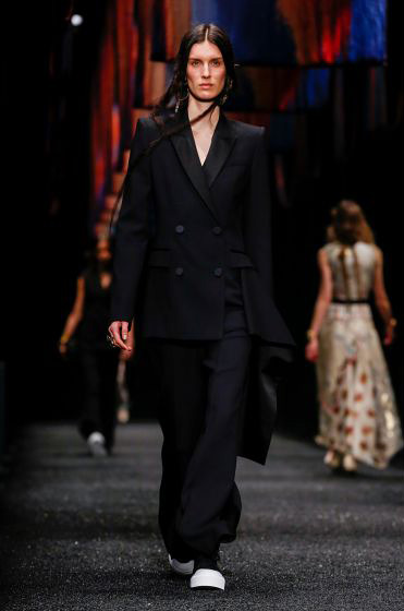 alexander-mcqueen-fw-17-fall-winter-2017-18-collection (36)-all-black-outfit-suit