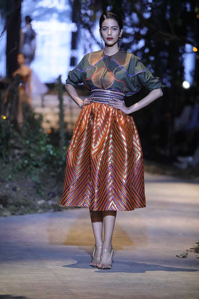 amit-aggarwal-amazon-india-fashion-week-2017-dress-indian (10)-skirt-metallic