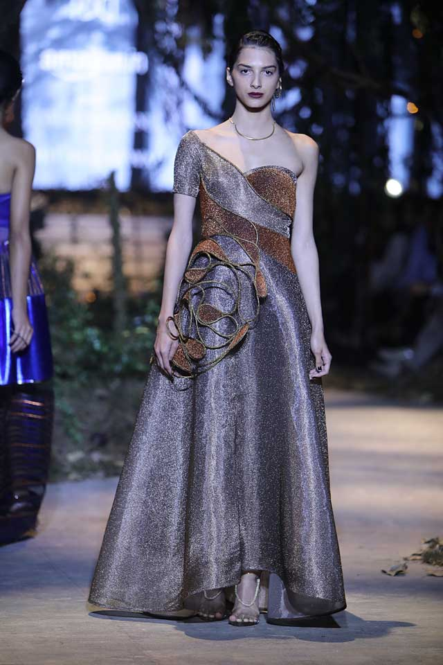 amit-aggarwal-amazon-india-fashion-week-2017-dress-indian (11)-metallic-gown-flower
